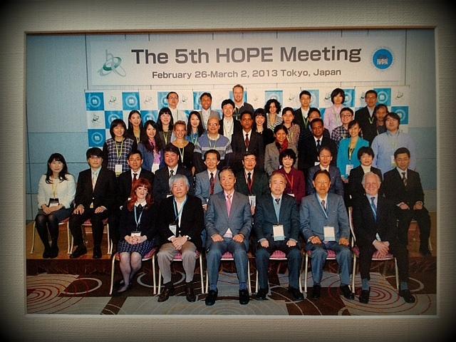 Foto saya (paling atas urutan kedua dari kiri) bersama Pemenang Nobel Lauerates.
