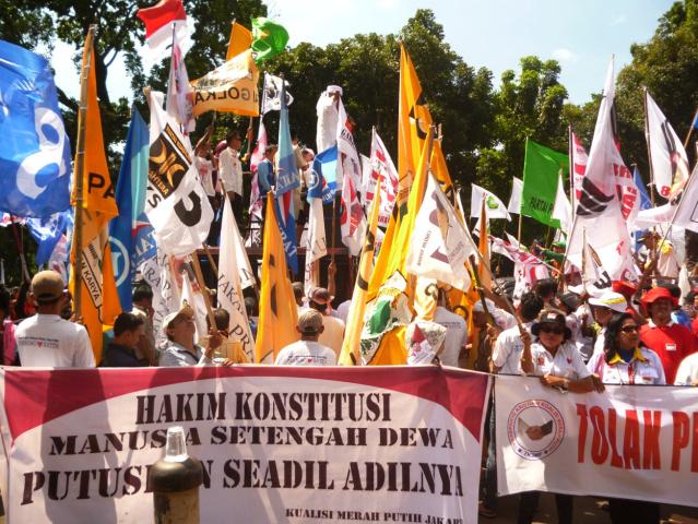 """""""...Para Pendukung Pasangan Prabowo - Hatta, saat Menyampaikan Orasinya di Halaman Gedung MK, Jakarta..."""" Photo By : Red. NRMnews.com"""