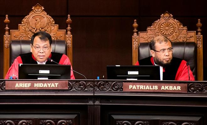 Ketua Mahkamah Konstitusi RI Arief Hidayat (tengah) didampingi Wakil Ketua MK Anwar Usman (kiri) dan Hakim MK Patrialis Akbar (kanan) memimpin sidang putusan perkara pengujian UU OJK di gedung MK, Jakarta,